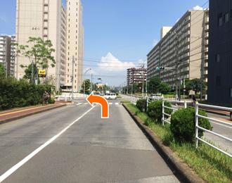右折しましたら次の交差点を左折します。