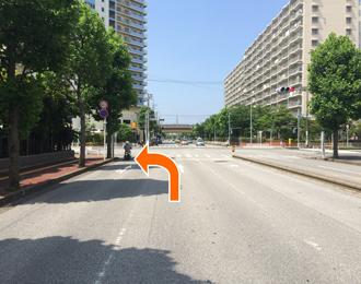左折しましたら直進し次の交差点を左折します。