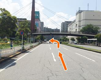 陸橋を超えた左側にショッピングセンターピアの地下駐車場入口がございます