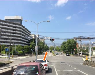 検見川陸橋を超えた交差点もそのまま直進します。